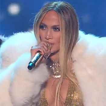 Jennifer-Lopez-con-il-microfono